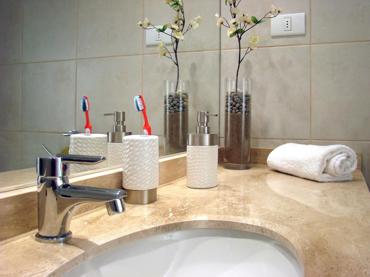 Jakie akcesoria i wyposażenie powinno znajdować się w każdej łazience